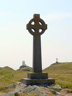 Современный кельтский крест на острове Инис-Лланддвин, Уэльс