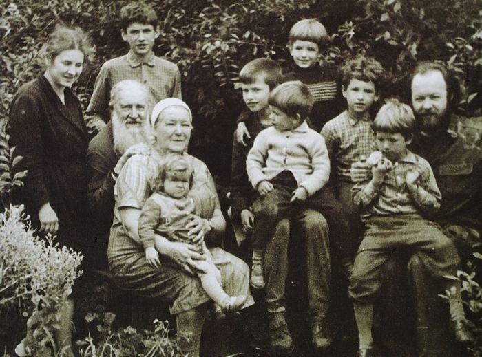 Все семейство. С дедушкой и бабушкой – протоиереем Михаилом и матушкой Любовь Владимировной