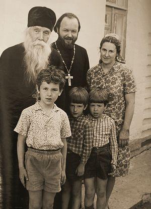 С духовником отцом Сергием Орловым, матушкой Наталией Константиновной и с детьми
