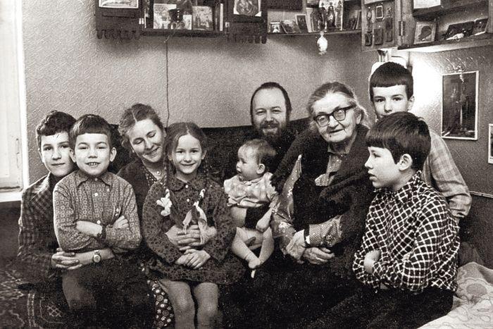 Семейство отца Валериана. Справа от него теща Елена Владимировна Апушкина