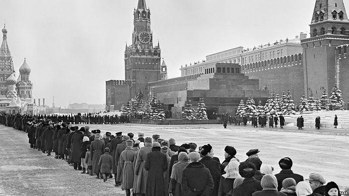 A line at the Lenin Mausoleum, March 12, 1960. Photo: TASS
