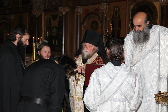 Отец Венедикт постригает, рядом иеродиакон Илиодор