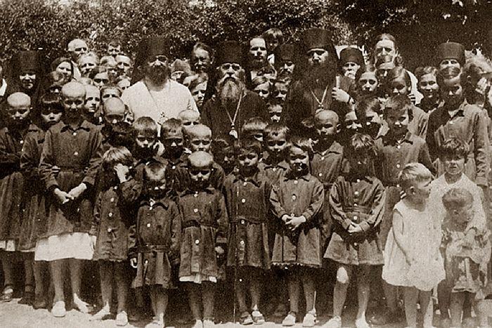 Духовенство с насельниками Дома милосердия