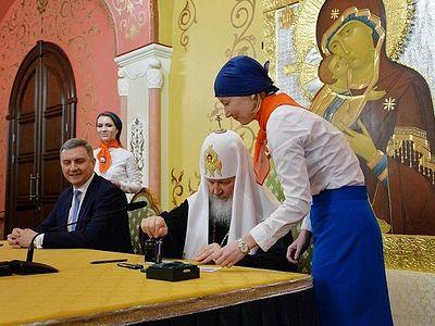 Патриарх Кирилл принял участие в церемонии гашения почтовой марки «100 лет восстановления Патриаршества в России»