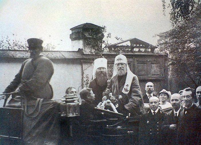 Патриарх Тихон и митрополит Вениамин (Казанский) в Петрограде в 1920 году