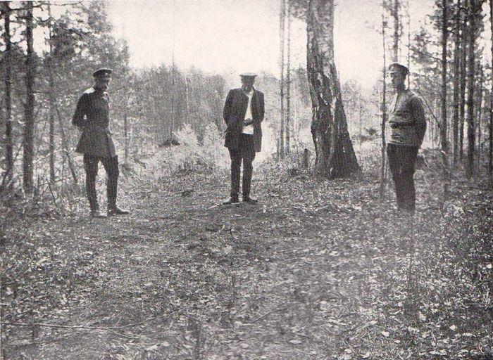 Н.А. Соколов у кострища близ старой березы на рудинке «Четыре Брата». Фото: Роберт Вильтон