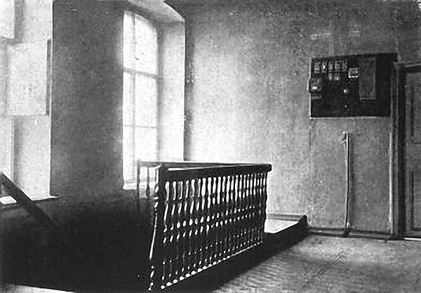 Прихожая верхнего этажа дома Н.Н. Ипатьева. 1919 г. Фото Н.Н. Введенского. Слева лестница, по которой Царская Семья и Её верные слуги сошли навстречу своей гибели