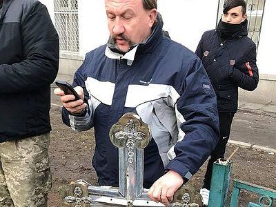 Радикалы снесли православный крест в Киеве (+ Видео)