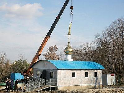 Временный храм установлен на месте сожженного в Ростове-на-Дону храма в честь Донской иконы Божией Матери