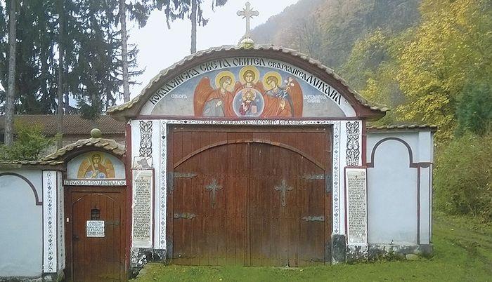 «На воротах тогда висел латунный колокольчик, сообщавший хозяину о визите гостя». Святые врата монастыря