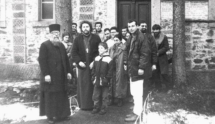 Архимандрит Назарий с духовными чадами, начало 1990-х годов