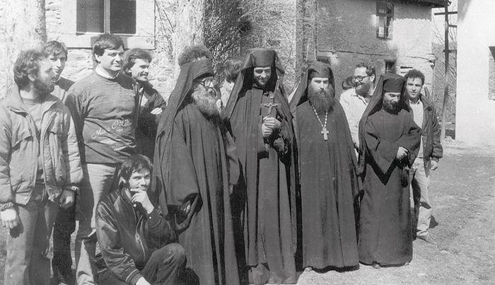 Первые монахи отца Назария, начало 1990-х годов. Второй справа в первом ряду — иеромонах Лонгин (ныне Митрополит Саратовский и Вольский), в то время студент Софийской Духовной Академии