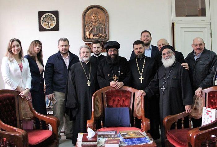 На встрече с ответственным за общественное и социальное служение Коптской Церкви епископом Юлиусом (на фото в центре)