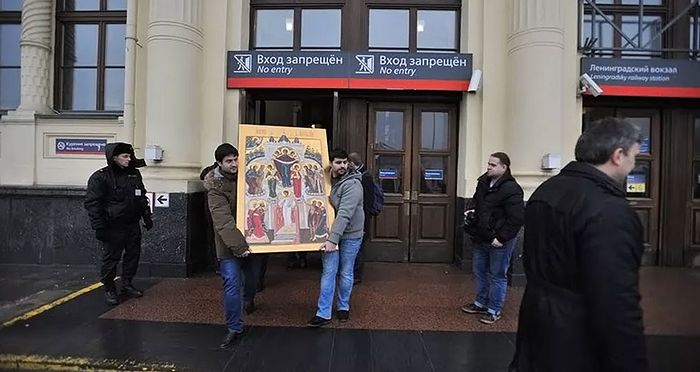 An icon of the Holy Protection of the Mother of God being carried out of a train station after a previous year's moleben. Photo: Foma.ru