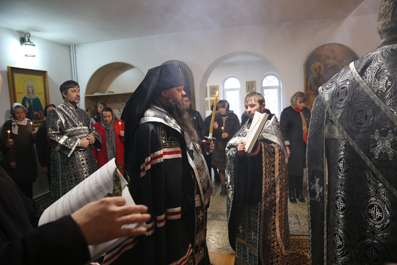 Архиепископ Махачкалинский Варлаам совершил литию по погибшим в результате трагедии в Кизляре