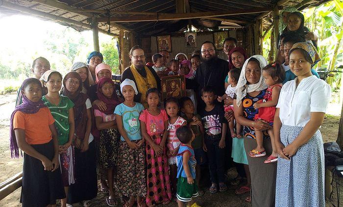 Отец Георгий вместе с прихожанами общины Макалангота (Филиппины)