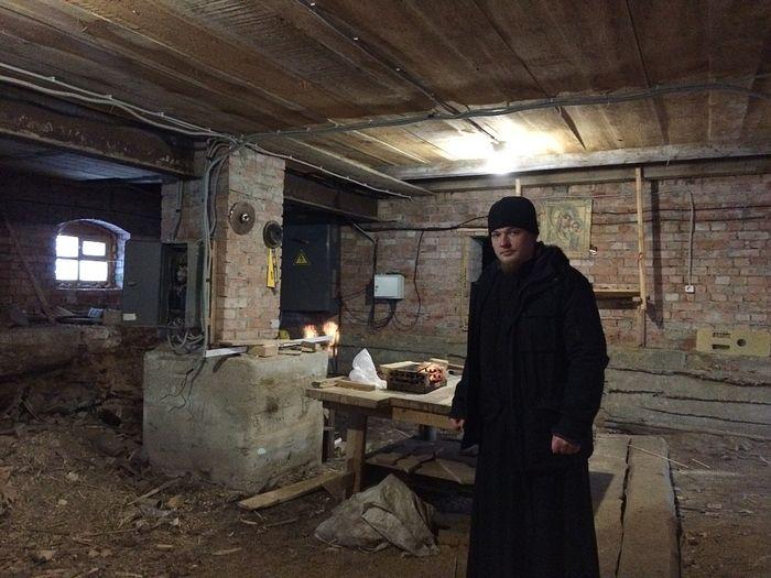 А здесь отец Дмитрий мечтает сделать теплую нижнюю церковь