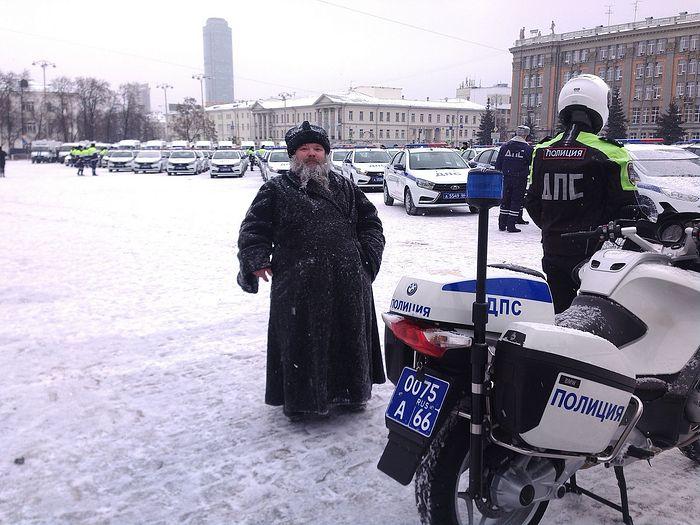 Иерей Владимир Залосковских перед освящением 239 новых автомобилей управления ГИБДД по Свердловской области