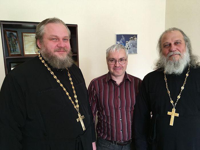 Наш корреспондент Денис Ахалашвили с протоиереем Владимиром Кисековым и иереем Игорем Куланиным (на фото справа)