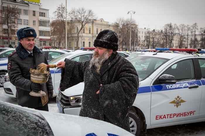 Отец Владимир освящает новый парк автомобилей ГИБДД Екатеринбурга