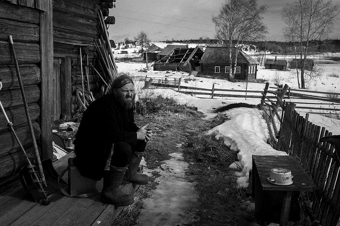 Корбозеро, соседнее с Колодозером село. Там живет друг Аркадия, дядя Миша. О. Аркадий часто навещал его, привозил еду и лекарства. О. Аркадий на крыльце дядьмишиного дома. Март 2016.
