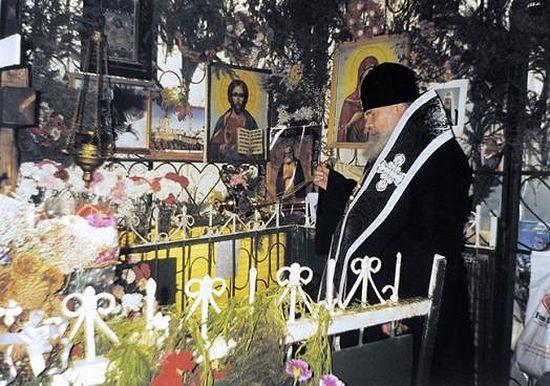 Святейший Патриарх Алексий II служит литию на могилке блаженной Матроны. 1998 год