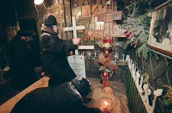 8 марта 1998 года. Матушка Феофания на могилке блаженной Матроны убирается перед приездом комиссии по обретению мощей