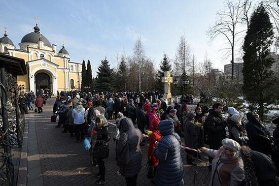 Даже ранней весной, 8 марта, люди готовы часами стоять в очереди, чтобы поклониться блаженной Матронушке