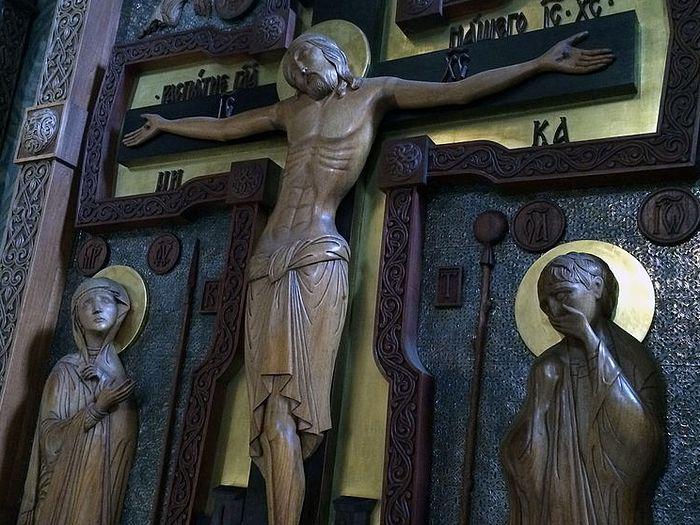 Резной крест в храме Владимирской иконы Богородицы Сретенского монастыря