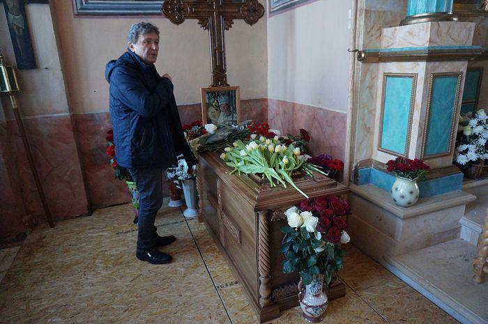 Андрей Викторович Завражнов у могилы батюшки