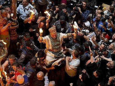 В Русской Православной Церкви не сомневаются в чудесном схождении Благодатного огня
