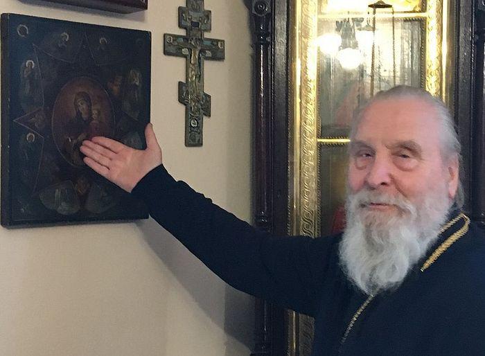 Протоиерей Георгий Бреев показывает в своей келье икону «Неопалимая купина»