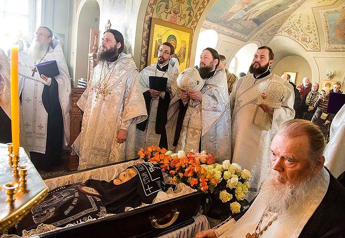 Епископ Феодор и духовенство у гроба
