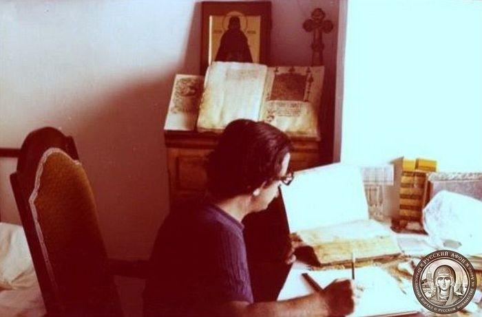Антоний-Эмиль Тахиаос работает в библиотеке Пантелеимонова монастыря на Афоне над составлением Каталога славянских рукописей. Лето 1977 г. Фото из семейного архива А.-Э. Н. Тахиаоса