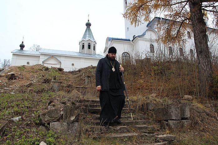 Настоятель Иоанно-Богословского Череменецкого монастыря епископ Гатчинский и Лужский Митрофан на фоне храма Преображения Господня