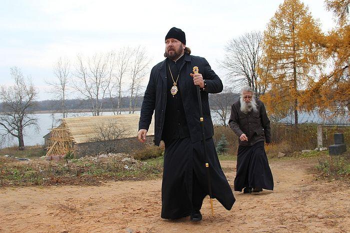 Епископ Гатчинский и Лужский Митрофан и эконом монастыря отец Владимир (Рогачевский) проверяют ход реставрационных работ