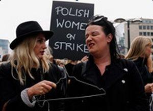 Участницы феминистического движения «Чёрный протест», выступающего за полную свободу абортов