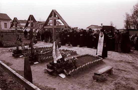 Панихида на могилах убиенных в 1993 г. братий, 1995 г. Фото: Optina.ru