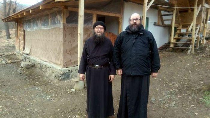 Отац Јован и игуман манастира Врачево отац Василије. Фото М. Н.
