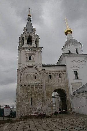 Лестничная башня и переход к церкви Рождества Богородицы в Боголюбове