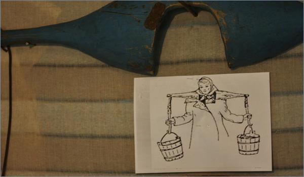 Фото: старинное коромысло и инструкция по его использованию.