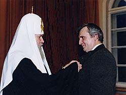 Святейший Патриарх Алексий награждает Сергея Власова