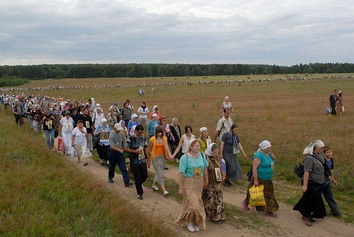 Перед входом в лес. Изгиб крестного хода. Фотография Сергея Воронина