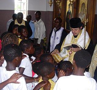 Митрополит Георгий с молодежью в храме святителя Нектария