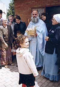 Протоиерей Савва Михаилидис с прихожанами