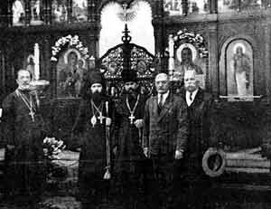Архиепископ Иоанн (Максимович) с прихожанами Никольского храма