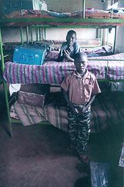 В чемоданчиках в ногах кроватей - все имущество детей