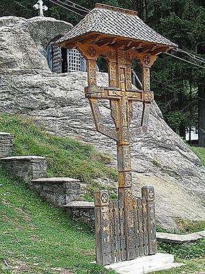 Тринитас (поклонный крест) перед пещерой Даниила Отшельника в окрестностях монастыря Путна (Румыния). Фото Игоря Зыбина / Православие.Ру